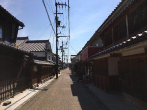 吉野連山に囲まれた奈良県五條市には、自然豊かな土地だからこそ味わえる魅力的なお食事が沢山あります。  普段は五條市の歴史に注目されることが多いですが、今回は五條市に来たら絶対に食べて欲しいお食事処を新町エリアに絞ってご紹介します。