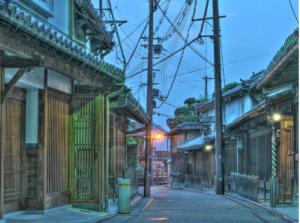400年前の江戸時代の町並みが残る奈良県五條市。  ハイセンスなビルやアクティビティはありませんが、吉野連山に囲まれた自然豊かで歴史情緒に溢れた町並みは疲れた心を癒すスポットになっています。  今回はそんな歴史情緒豊かな五條市を120%楽しむためのコースをご紹介します。